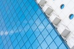 Exponeringsglas- och metallbyggnad Royaltyfri Bild
