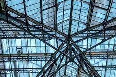 Exponeringsglas- och metalltaket på den Liverpool gatan mainline stationen, London Royaltyfri Bild