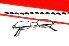 Exponeringsglas och ordbok Arkivfoto