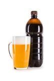 Exponeringsglas och plast- flaska av mörkt utkastöl på vit Arkivbild