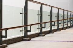 Exponeringsglas- och stålbalkong Royaltyfri Fotografi
