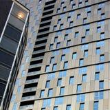 Exponeringsglas- och stålbyggnadsstrukturer Arkivbilder