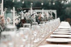 Exponeringsglas på den festliga tabellinställningen Gifta sig tabelldekorbegrepp Klassisk stil för tabellinbrott, setout Konst arkivfoto