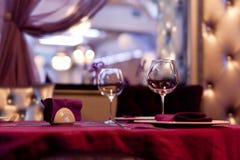 Exponeringsglas på den röda bordduken, tabellinbrott en restaurang, buffé Royaltyfria Bilder