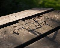 Exponeringsglas på lantlig wood yttersida royaltyfri fotografi