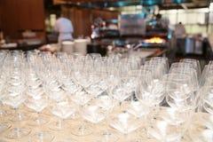 Exponeringsglas på tabellen i restaurang Royaltyfri Fotografi