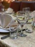 Exponeringsglas på tabellen i restaurangen arkivfoto