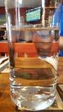 exponeringsglas på tabellen som fylls med vatten och refraktion arkivfoton