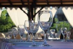 Exponeringsglas på väntande gäster för berömtabell Royaltyfri Fotografi