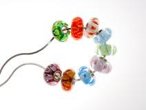 Exponeringsglas pryder med pärlor försilvrar på kedjar Royaltyfri Fotografi