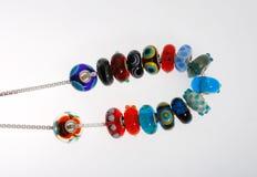 Exponeringsglas pryder med pärlor med pricker försilvrar på kedjar Royaltyfria Foton