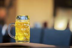Exponeringsglas rånar av guld- ljust öl i stång, i barslut upp Verklig plats Ölkultur, hantverkbryggeri, unikhet av öl royaltyfria foton