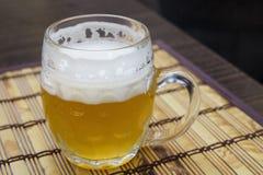 Exponeringsglas rånar av ofiltrerat weizen öl på tabellen Arkivbilder