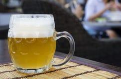 Exponeringsglas rånar av ofiltrerat weizen öl på tabellen Arkivbild