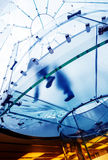 Exponeringsglas röra sig i spiral trappuppgången Royaltyfri Foto