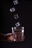 exponeringsglas rymmer vattenkvinnan Arkivfoton