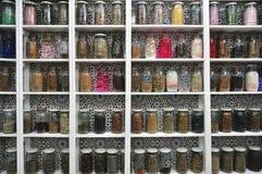 Exponeringsglas skorrar i ett marockanskt shoppar, Marrakech Royaltyfri Foto