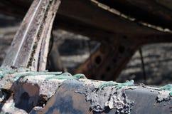 Exponeringsglas smältte på en bildörr över en brand - stora Pedrogao Royaltyfri Foto
