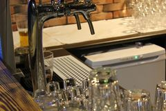 Exponeringsglas som hänger över stångkuggen Tvättade och polerade exponeringsglas 30617 för rengöring Arkivbilder