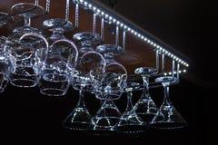 Exponeringsglas som hänger ovanför räknaren i stången fotografering för bildbyråer