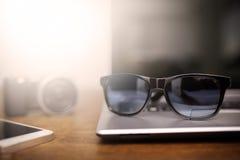 Exponeringsglas som omges av elektroniska grejer Arkivbild