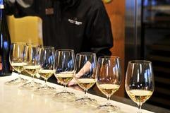 exponeringsglas som smakar wine royaltyfri fotografi