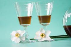 exponeringsglas två flaska av konjak- eller konjak- och vitpåskliljor på Arkivfoton
