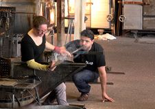 Exponeringsglasblåsare visar deras hantverk i en populär turist- dragning i Leusden arkivfoton
