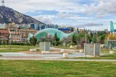 Exponeringsglasbro av fred över Kuraet River i den Europa fyrkanten, Tbilisi royaltyfri fotografi