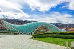 Exponeringsglasbro av fred över Kuraet River i den Europa fyrkanten, Tbilisi georgia royaltyfri foto