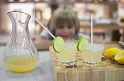 Exponeringsglasen av lemonad Arkivbild
