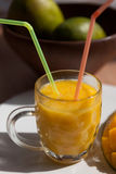 Exponeringsglaset av den nya mangosmoothien med sugrör Royaltyfria Foton