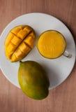 Exponeringsglaset av mangosmoothien royaltyfria foton