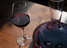 Exponeringsglaset och karaffen av rött vin Royaltyfri Fotografi