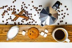 Exponeringsglaskopp kaffe, kaffebryggare och efterrätt royaltyfri fotografi