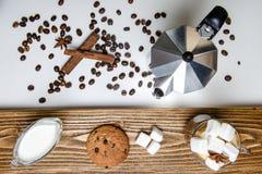 Exponeringsglaskopp kaffe, kaffebryggare och efterrätt Top beskådar fotografering för bildbyråer