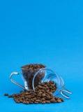 Exponeringsglaskoppar med kaffekorn Royaltyfri Fotografi