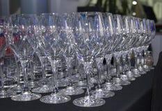 Exponeringsglaskoppar som förläggas på en tabell arkivbild
