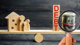 Exponeringsglaskrus med mynt och inskriften 'skuld ', familj och trähus Fastigheten hem- besparingar, lån marknadsför begrepp Pay royaltyfria bilder