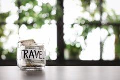 Exponeringsglaskrus med pengar och ord LOPP på tabellen mot suddig bakgrund fotografering för bildbyråer