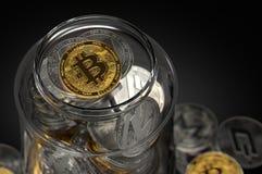 Exponeringsglaskrus mycket av olika cryptocurrencies med guld- Bitcoin på överkanten Hålla säkert begrepp för cryptocurrencies Re royaltyfria bilder