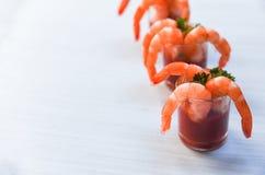 Exponeringsglasr?kacoctail i tomats?s/havs- kokta r?kar?kor ketchup och kryddor f?r skaldjur i den ?ta middag tabellen royaltyfri bild