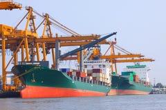 Εμπορικό σκάφος με το εμπορευματοκιβώτιο στο στέλνοντας λιμένα για το expor εισαγωγών Στοκ Φωτογραφία
