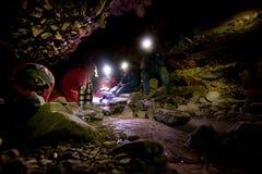 exporation de caverne photos stock