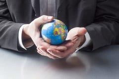 Export manager internazionale che viaggia attraverso il globo immagine stock