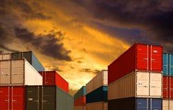 Exportieren Sie oder importieren Sie Seefracht-Behälterstapel im Nachthafen stockbild