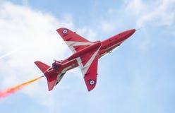 Exposição Aerobatic de Royal Air Force das setas vermelhas acima da baía de Tallinn em 23 06 2014 Fotos de Stock Royalty Free