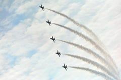 Exposição Aerobatic do voo por Eagles preto da república da força de Korean Air (ROKAF) em Singapura Airshow Imagem de Stock Royalty Free