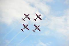 Exposição Aerobatic do voo por TNI-AU Jupiter Aerobatic Team de Indonésia em Singapura Airshow Fotos de Stock
