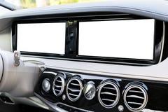 Exposição branca do sistema da tela para a navegação de GPS e multimédios como a tecnologia automotivo no carro espaço branco da  Fotografia de Stock Royalty Free